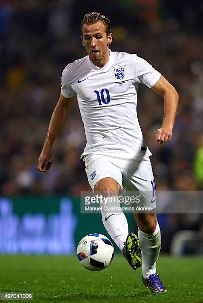 Harry Kane of England runs with the ball during the international friendly match between Spain and England at Jose Rico Perez Stadium on November 13...