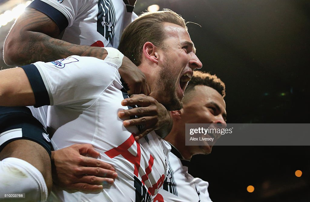 <a gi-track='captionPersonalityLinkClicked' href=/galleries/search?phrase=Harry+Kane+-+Calciatore&family=editorial&specificpeople=13636610 ng-click='$event.stopPropagation()'>Harry Kane</a> of Tottenham Hotspur celebrates scoring his penalty with team mates during the Barclays Premier League match between Manchester City and Tottenham Hotspur at Etihad Stadium on February 14, 2016 in Manchester, England.