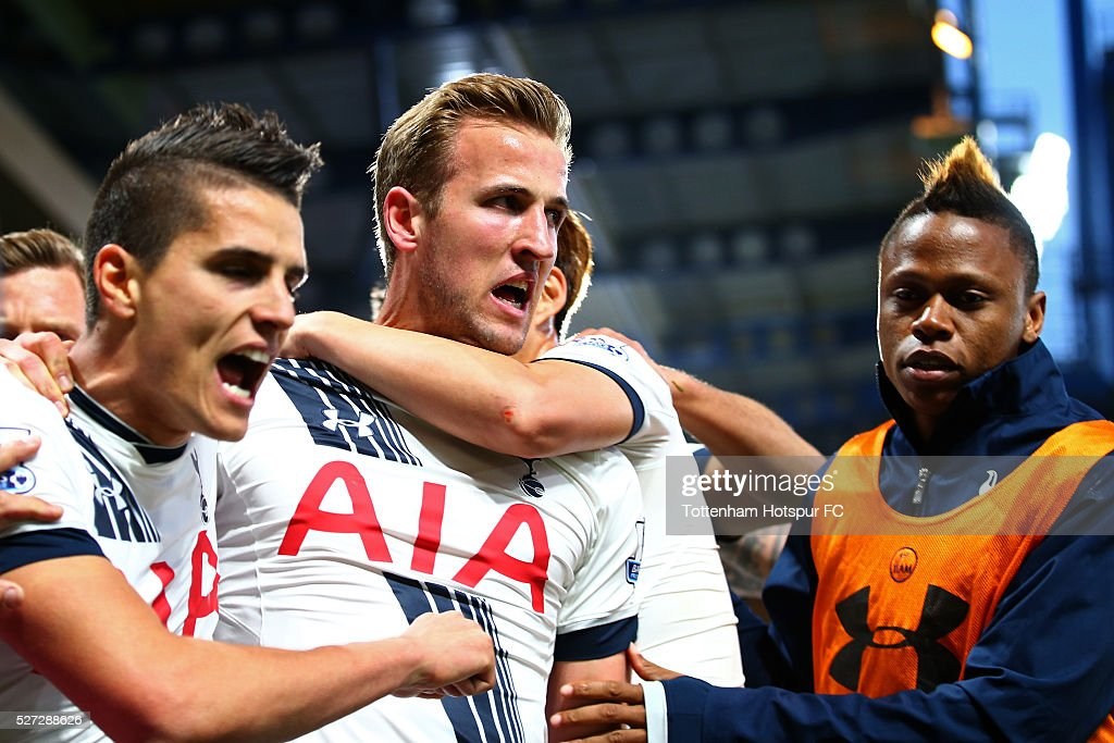 Harry Kane of Tottenham Hotspur celebrates with teammates after scoring the opening goal during the Barclays Premier League match between Chelsea and Tottenham Hotspur at Stamford Bridge on May 02, 2016 in London, England.jd