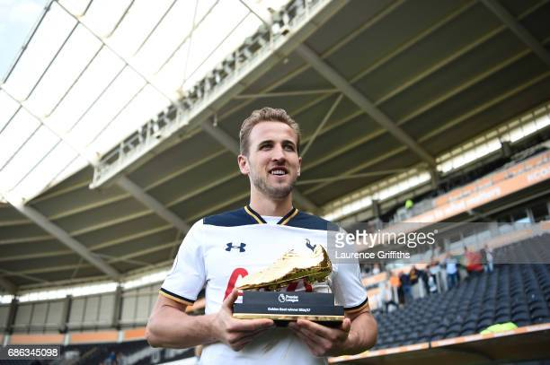 Harry Kane of Tottenham Hotspur poses with the Premier League Golden Boot award after the Premier League match between Hull City and Tottenham...