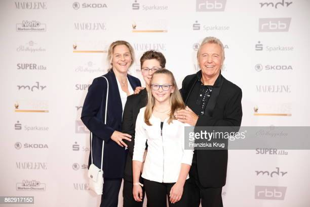 Hartmut SchulzeGerlach with his wife Antje and their children Finja and Tamino attend the Goldene Henne on October 13 2017 in Leipzig Germany