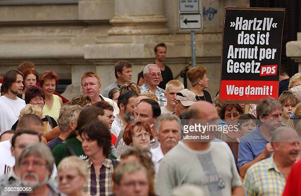 Hartz IV ist Armus per Gesetz verkünden Demonstranten anlässlich der Leipziger MontagsDeomonstration gegen die Arbeitsmarktreformen Hartz IV