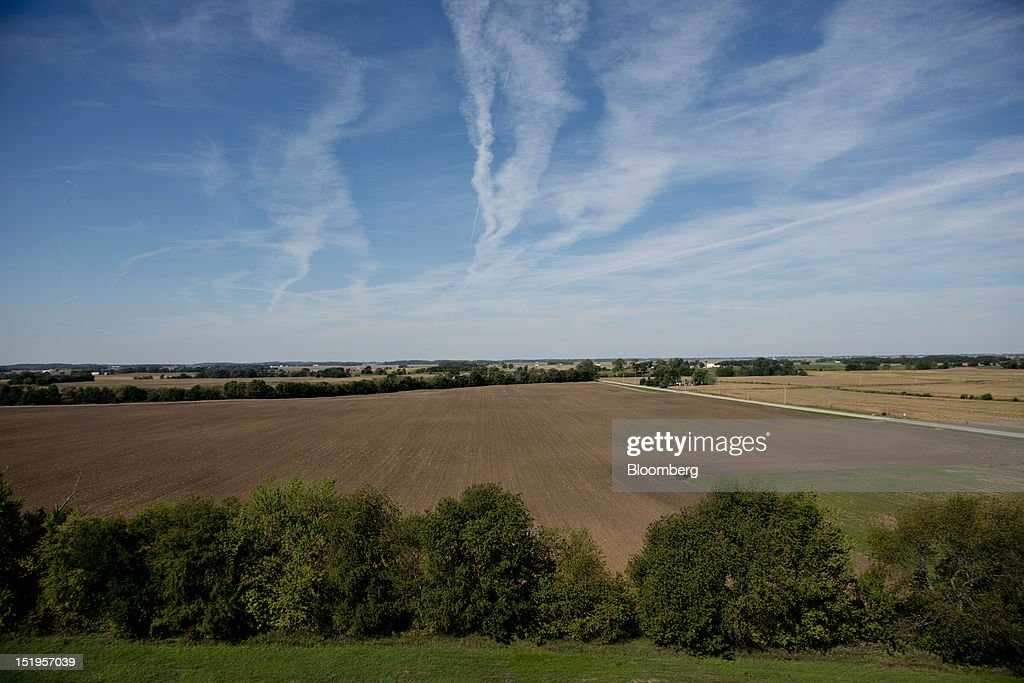 A harvested field stands beyond a treeline next door to the Atherton Grain Co. Inc. elevator in Normandy, Illinois, U.S., on Wednesday, Sept. 12, 2012. The U.S. Department of Agriculture estimates for world agricultural supply and demand is bearish for corn, wheat and cotton and bullish for soybeans, according to Goldman Sachs Group Inc. Photographer: Daniel Acker/Bloomberg via Getty Images