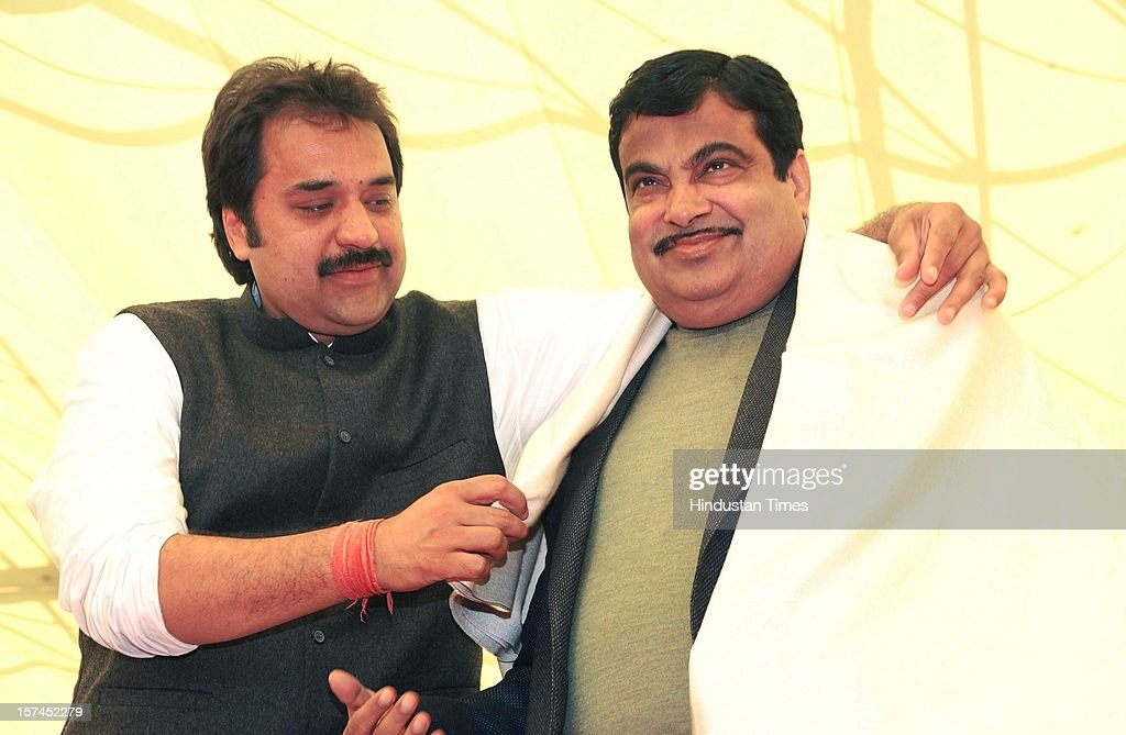 Haryana Janhit Congress (BL) Chief Kuldeep Bishnoi honoring BJP National President Nitin Gadkari in Sirsa during State level Rally organised By Haryana Janhit Congress and BJP at Dashara Ground on December 2, 2012 in Sirsa, India.