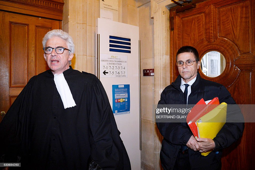 Hassan Diab (R), who was arrested in November 2008 for his alleged role in a 1980 Paris synagogue bombing, and his lawyer William Bourdon, arrive at the courthouse on Mai 24, 2016 in Paris. A French court will decide on May 24, 2016 whether Diab will go back to jail, after he was placed under house arrest with an electronic bracelet. / AFP / BERTRAND