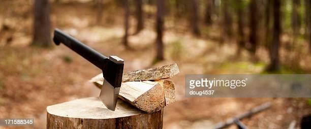 Beil und Brennholz