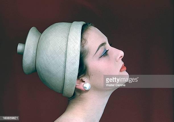 Fashion archive hats photos and images getty images for Pose d un chapeau de cheminee