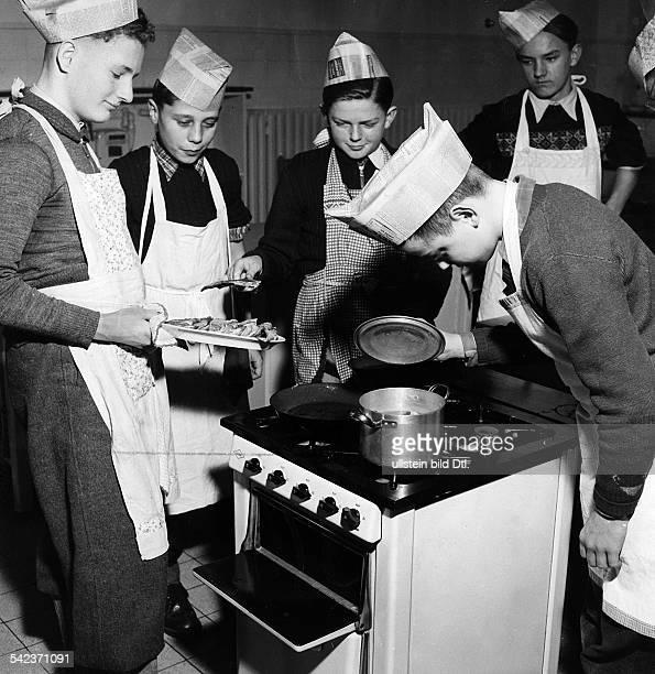 Haushaltslehre in der achten Klasse einer Stuttgarter Volksschule Jungen beim KochenMai 1954
