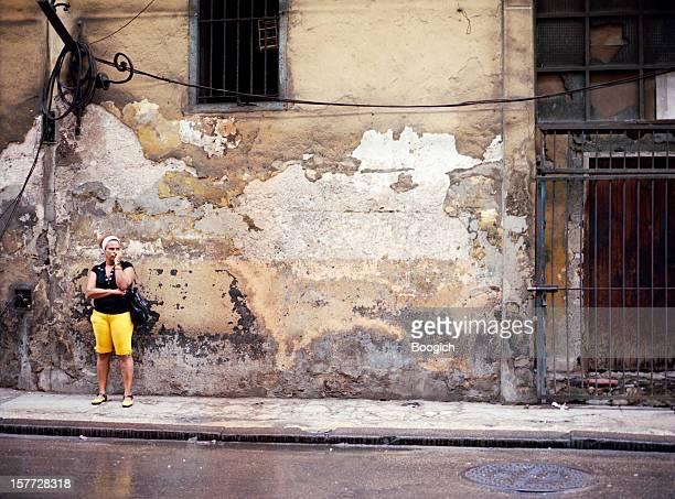 Havanna kubanische Frau vor alten Gebäude