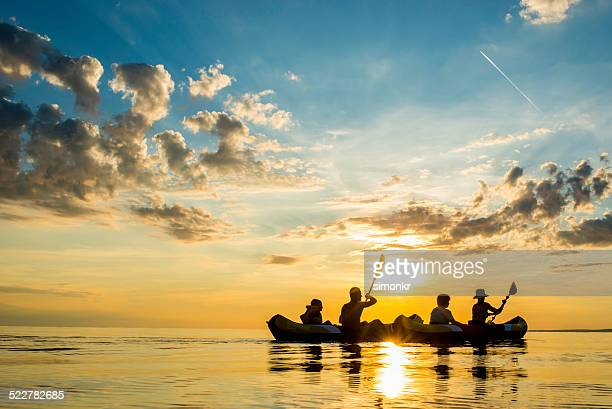Spaß auf dem Meer bei Sonnenuntergang