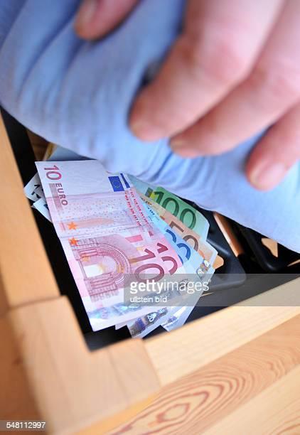 having money under the mattress