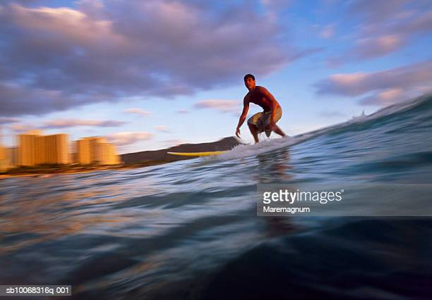 USA, Hawaii, Oahu, Honolulu, Waikiki Beach, man surfing
