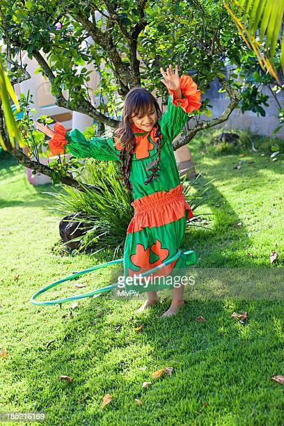 Havaiano Menina Jogando no quintal