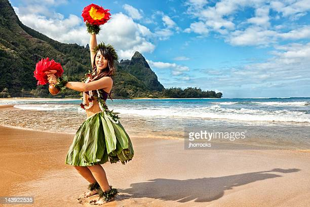 Danseuse de Hula hawaïennes sur la plage de Red Feather des Shakers