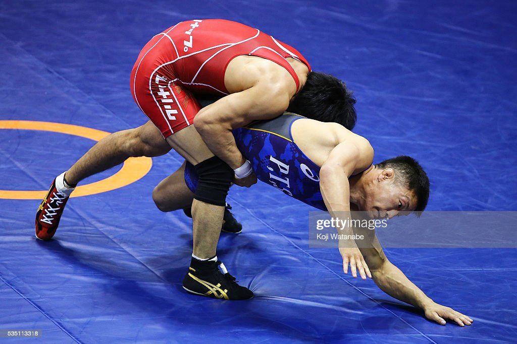 Hayanobu Shimizu (blue) competes in the Men's 59kg greco-roman style second rounds match against Shota Tanokura (red) during All Japan Wrestling Championships at Yoyogi National Gymnasium on May 29, 2016 in Tokyo, Japan.