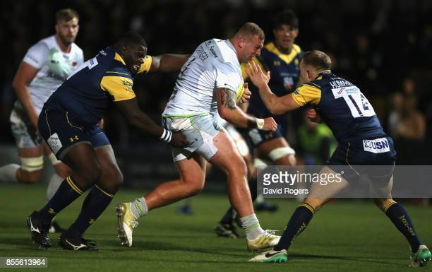 Hayden ThompsonStringer of Saracens is tackled by Biyi Alo and Perry Humphreys during the Aviva Premiership match between Worcester Warriors and...