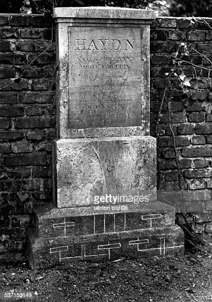 Haydn Joseph Komponist AT Haydns Grabmal auf dem Hundsturmer Friedhof in Wien nach der Schaendung durch Anhaenger der Gallschen Schaedellehre...