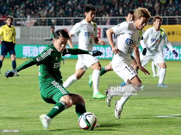 Hayuma Tanaka of Matsumoto Yamaga shoots at goal during the JLeague match between Matsumoto Yamaga and Sanfrecce Hiroshima at Alwin Stadium on March...