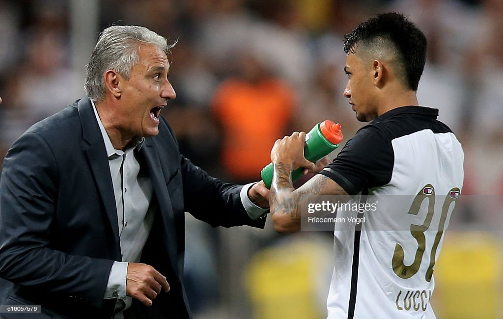 Head coach Adenor Leonardo Bachi of Corinthians gives advice to Lucca during a match between Corinthians and Cerro Porteno as part of Group 8 of Copa Bridgestone Libertadores at Arena Corinthians on March 16, 2016 in Sao Paulo, Brazil.