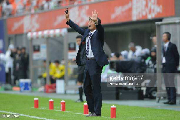 Head coach Akira Ito of Omiya Ardija gestures during the JLeague J1 match between Omiya Ardija and Kashiwa Reysol at NACK 5 Stadium Omiya on October...
