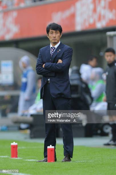 Head coach Akira Ito of Omiya Ardija looks on during the JLeague J1 match between Omiya Ardija and Kashiwa Reysol at NACK 5 Stadium Omiya on October...