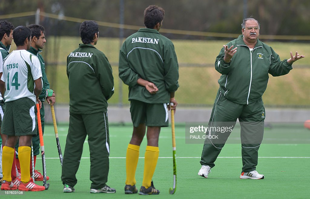 Head coach and team manager Akhter Rasul of Pakistan (R) addresses players during a practice session at the Men's Hockey Champions Trophy in Melbourne on December 5, 2012. AFP PHOTO/Paul CROCK IMAGE STRICTLY RESTRICTED TO EDITORIAL USE - STRICTLY NO COMMERCIAL USE