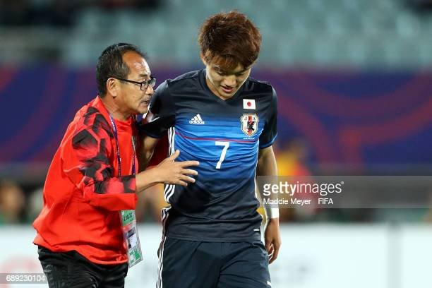 Head coach Atsushi Uchiyama of Japan talks with Ritsu Doan during the FIFA U20 World Cup Korea Republic 2017 group D match between Japan and Italy at...