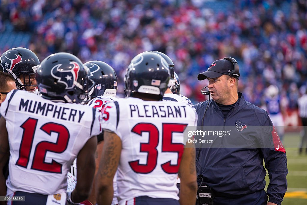 Head coach Bill O'Brien of the Houston Texans addresses his players in the final seconds of the game against the Buffalo Bills on December 6 2015 at...
