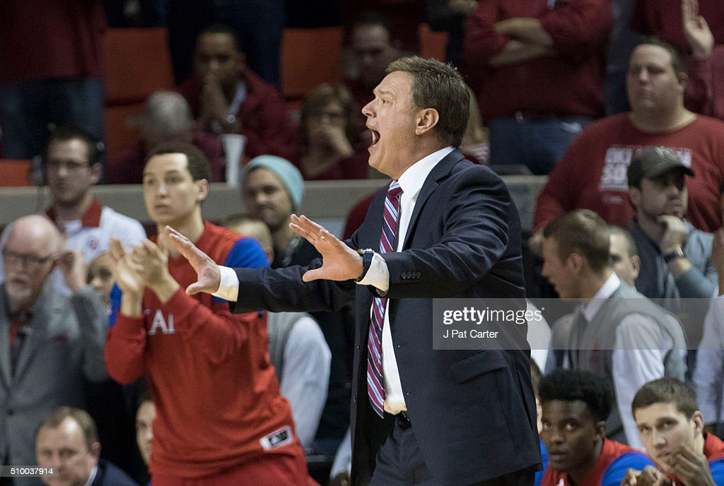 Head coach <a gi-track='captionPersonalityLinkClicked' href=/galleries/search?phrase=Bill+Self+-+Allenatore&family=editorial&specificpeople=228699 ng-click='$event.stopPropagation()'>Bill Self</a> of the Kansas Jayhawks shouts game instructions to his team during the final minute during the second half of a NCAA college basketball game against Oklahoma at the Lloyd Noble Center on February 13, 2016 in Norman, Oklahoma. Kansas won 76-72.
