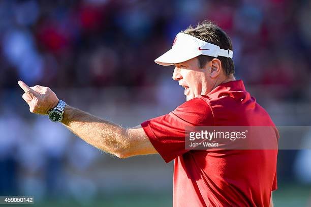 Head coach Bob Stoops of the Oklahoma Sooners during the game against the Texas Tech Red Raiders on November 15 2014 at Jones ATT Stadium in Lubbock...