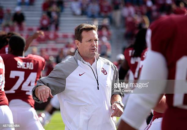 Head coach Bob Stoops of the Oklahoma Sooners talks to the team before the game against the Kansas State Wildcats October 18 2014 at Gaylord...