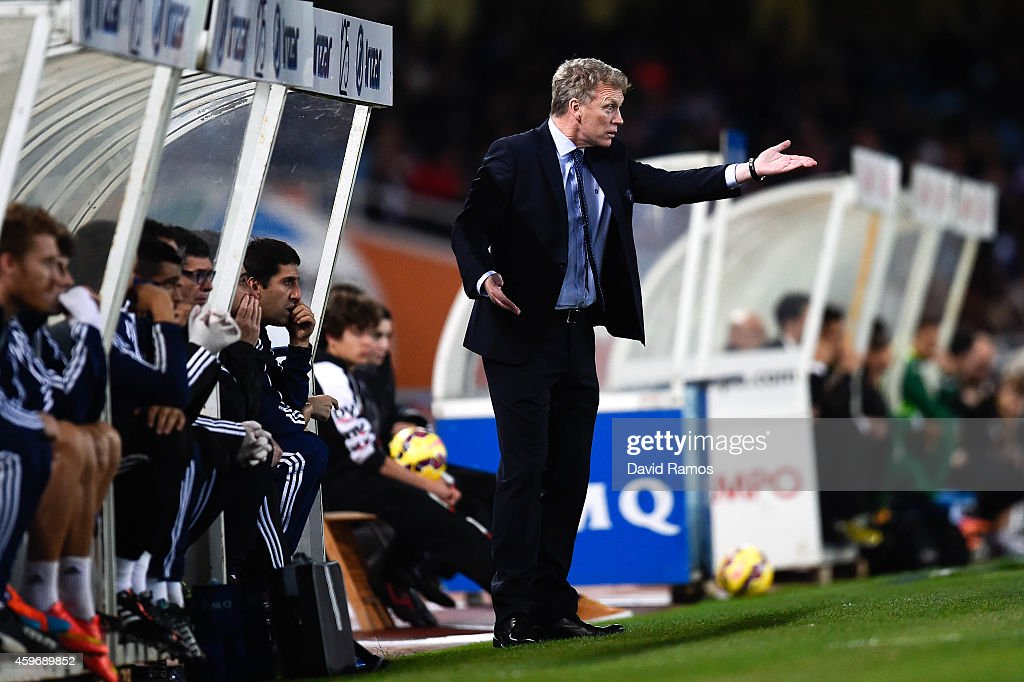 Head coach David Moyes of Real Sociedad directs his players during the La Liga match between Real Socided and Elche FC at Estadio Anoeta on November 28, 2014 in San Sebastian, Spain.