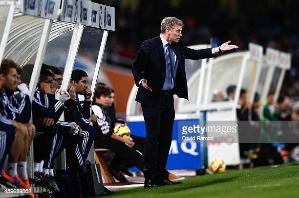 Head coach David Moyes of Real Sociedad directs his players during the La Liga match between Real Socided and Elche FC at Estadio Anoeta on November...