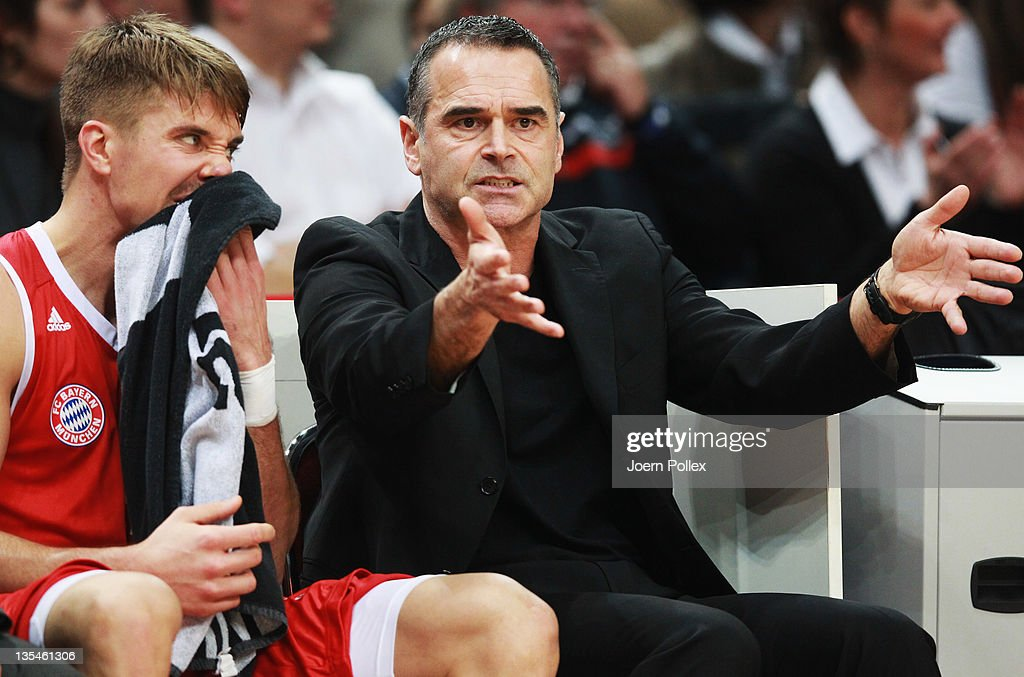 Head coach Dirk Bauermann of Muenchen talks to Steffen Hamann of Muenchen during the Beko Basketball Bundesliga match between Eisbaeren Bremerhaven...