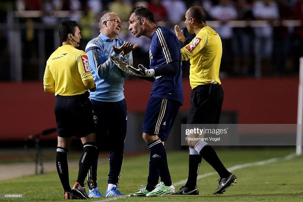Head coach Dorival Junior and F Prass of Palmeiras speaks with the referee Marcelo Aparecido R de Souza during the match between Sao Paulo and...