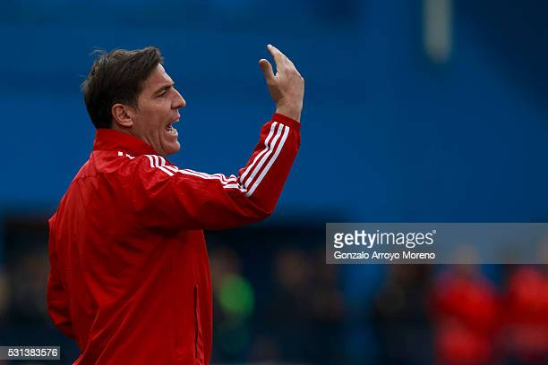 Head coach Eduardo Berizzo of RC Celta de Vigo gives instructions during the La Liga match between Club Atletico de Madrid and Real Club Celta de...