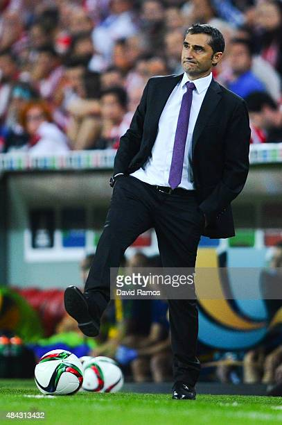 Head coach Ernesto Valverde of Athletic Club looks on during the Spanish Super Cup first leg match between FC Barcelona and Athletic Club at San...