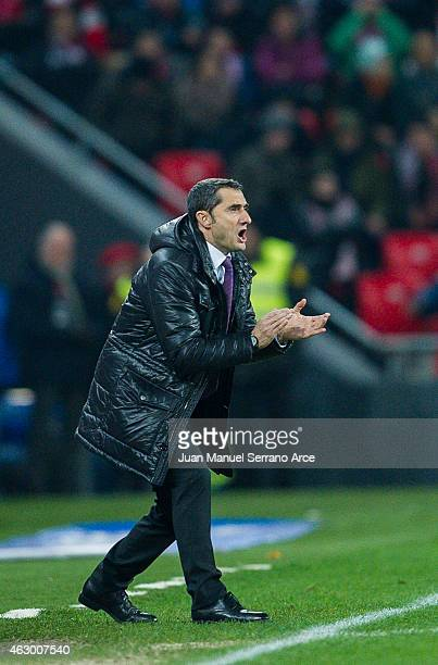 Head coach Ernesto Valverde of Athletic Club reacts during the La Liga match between Athletic Club and FC Barcelona at San Mames Stadium on February...