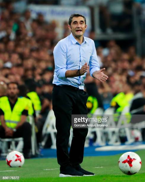 Head coach Ernesto Valverde of FC Barcelona encourage shis team during the Supercopa de Espana Final 2nd Leg match between Real Madrid and FC...