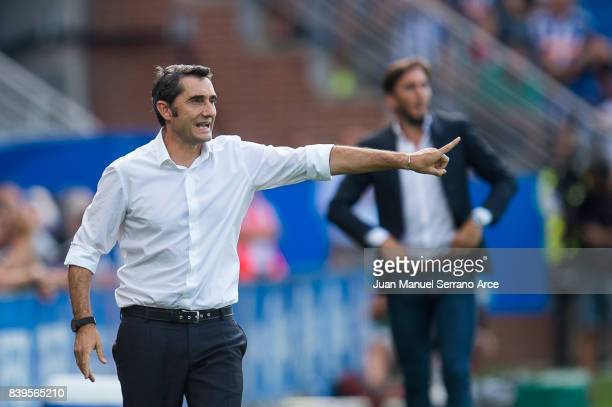 Head coach Ernesto Valverde of FC Barcelona reacts during the La Liga match between Deportivo Alaves and Barcelona at Estadio de Mendizorroza on...
