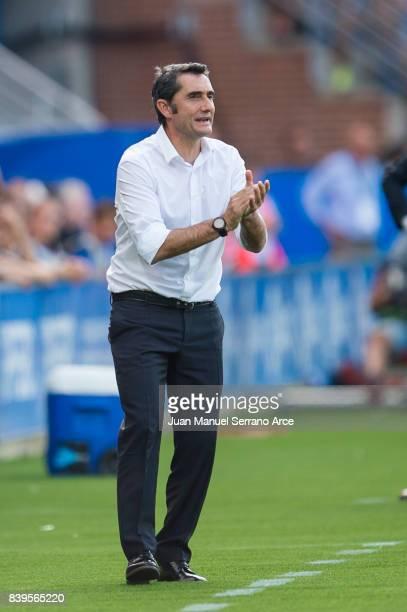 Head coach Ernesto Valverde of FC Barcelona reacts during the La Liga match between Deportivo Alaves and Barcelona at Estadio de Mendizorroza on...