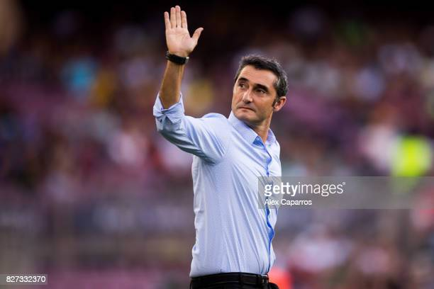 Head coach Ernesto Valverde of FC Barcelona waves to the crowd as he enters the pitch ahead of the Joan Gamper Trophy match between FC Barcelona and...