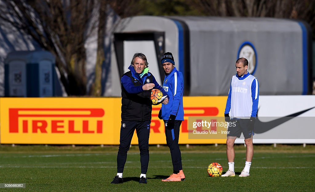 Head coach FC Internazionale <a gi-track='captionPersonalityLinkClicked' href=/galleries/search?phrase=Roberto+Mancini&family=editorial&specificpeople=234429 ng-click='$event.stopPropagation()'>Roberto Mancini</a> (L) reacts during the FC Internazionale training session at the club's training ground at Appiano Gentile on February 11, 2016 in Como, Italy.
