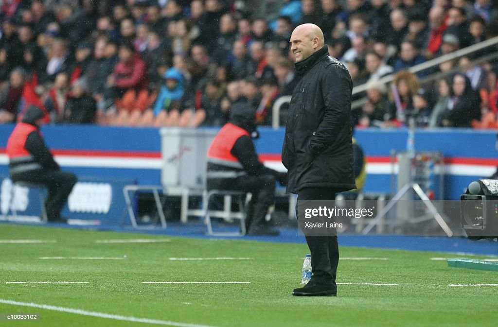 Head coach <a gi-track='captionPersonalityLinkClicked' href=/galleries/search?phrase=Frederic+Antonetti&family=editorial&specificpeople=865797 ng-click='$event.stopPropagation()'>Frederic Antonetti</a> (R) of Lille LOSC during the French Ligue 1 between Paris Saint-Germain and Lille OSC at Parc Des Princes on february 13, 2016 in Paris, France.