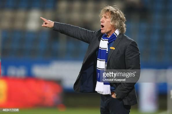 Head coach Gertjan Verbeek of Bochum issues instructions the Second Bundesliga match between VfL Bochum and Eintracht Braunschweig at Rewirpower...