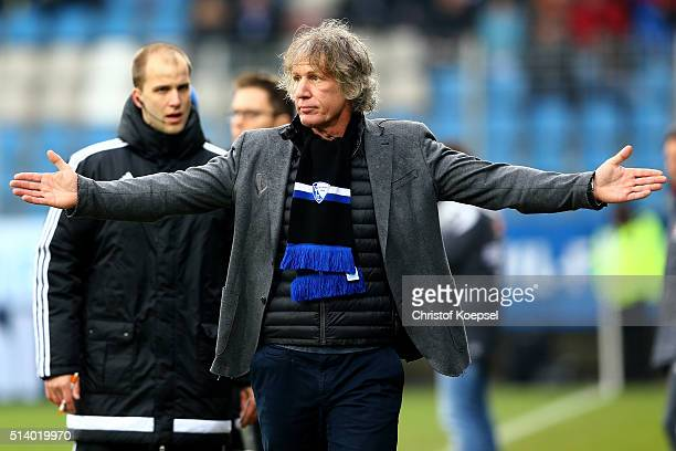 Head coach Gertjan Verbeek of Bochum looks dejected during the 2 Bundesliga match between VfL Bochum and Arminia Bielefeld at Rewirpower Stadium on...