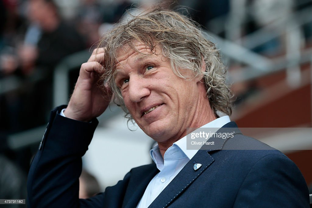Head coach Gertjan Verbeek of Bochum looks on prior to the Second Bundesliga match between FC St Pauli and VfL Bochum at Millerntor Stadium on May 17...