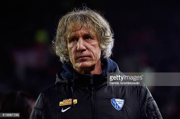 Head coach Gertjan Verbeek of VfL Bochum looks on prior to kickoff during the Second Bundesliga match between 1 FC Kaiserslautern and VfL Bochum at...