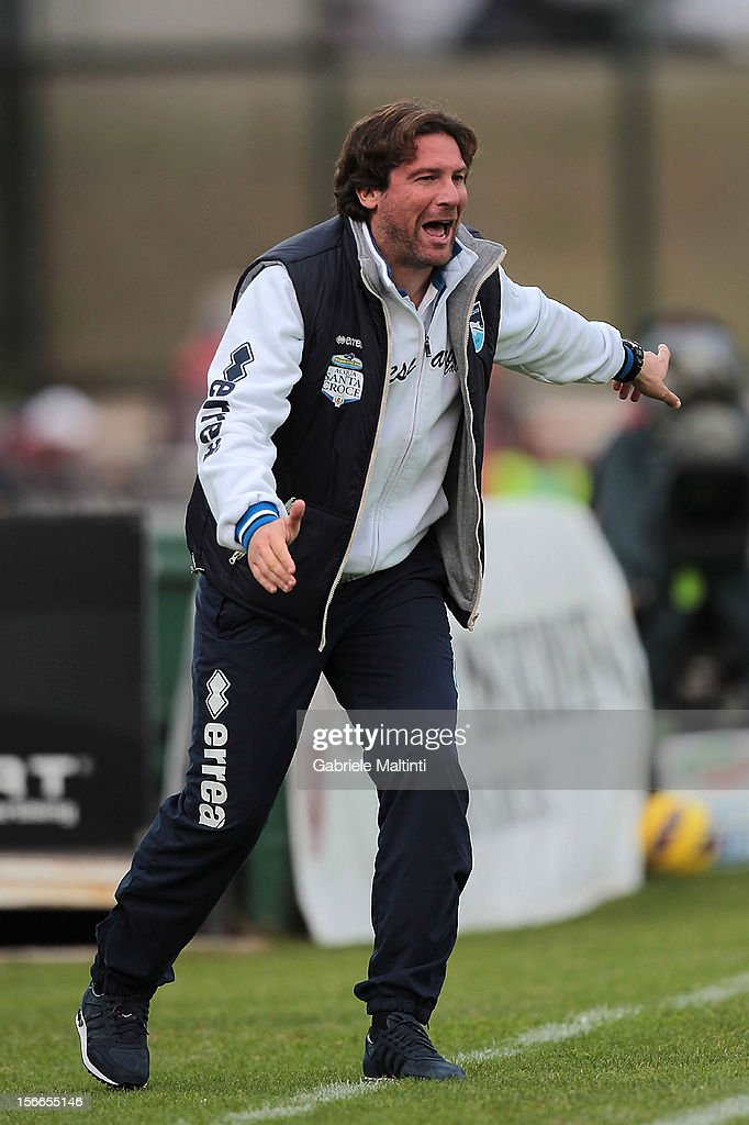 Head coach Giovanni Stroppa of Pescara shouts instructions to his players during the Serie A match between AC Siena and Pescara at Stadio Artemio Franchi on November 18, 2012 in Siena, Italy.