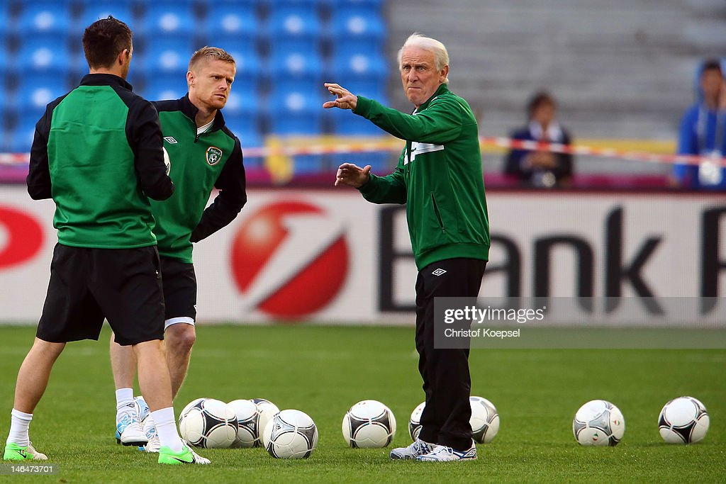 Head coach <a gi-track='captionPersonalityLinkClicked' href=/galleries/search?phrase=Giovanni+Trapattoni&family=editorial&specificpeople=209002 ng-click='$event.stopPropagation()'>Giovanni Trapattoni</a> of Ireland (R) issues instructions to <a gi-track='captionPersonalityLinkClicked' href=/galleries/search?phrase=Robbie+Keane&family=editorial&specificpeople=171824 ng-click='$event.stopPropagation()'>Robbie Keane</a> (L) and <a gi-track='captionPersonalityLinkClicked' href=/galleries/search?phrase=Damien+Duff&family=editorial&specificpeople=171295 ng-click='$event.stopPropagation()'>Damien Duff</a> (C) during a UEFA EURO 2012 training session at the Municipal Stadium on June 17, 2012 in Poznan, Poland.